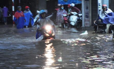 """Ảnh: Mưa lớn, Sài Gòn lại ngập trong """"biển nước"""" - 1"""