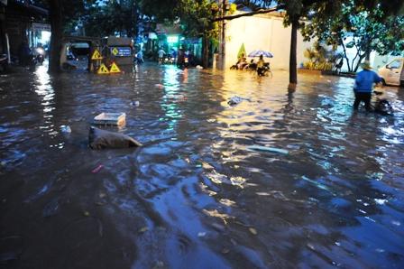 """Ảnh: Mưa lớn, Sài Gòn lại ngập trong """"biển nước"""" - 10"""