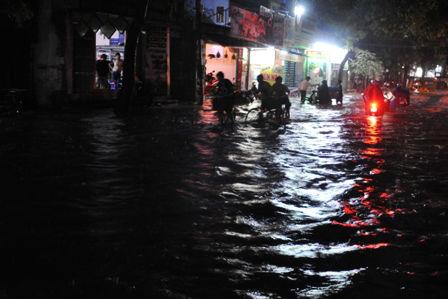 """Ảnh: Mưa lớn, Sài Gòn lại ngập trong """"biển nước"""" - 11"""
