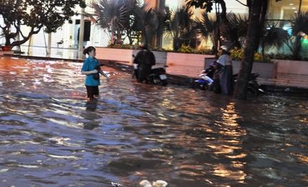 """Ảnh: Mưa lớn, Sài Gòn lại ngập trong """"biển nước"""" - 12"""