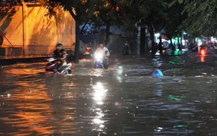 """Ảnh: Mưa lớn, Sài Gòn lại ngập trong """"biển nước"""" - 13"""