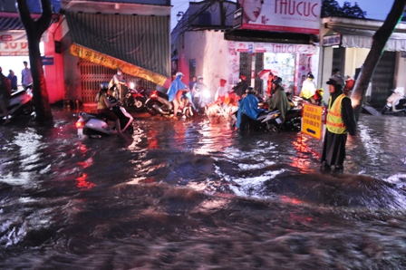 """Ảnh: Mưa lớn, Sài Gòn lại ngập trong """"biển nước"""" - 14"""