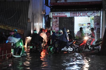 """Ảnh: Mưa lớn, Sài Gòn lại ngập trong """"biển nước"""" - 15"""