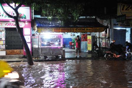"""Ảnh: Mưa lớn, Sài Gòn lại ngập trong """"biển nước"""" - 17"""