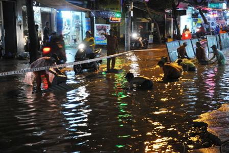"""Ảnh: Mưa lớn, Sài Gòn lại ngập trong """"biển nước"""" - 18"""