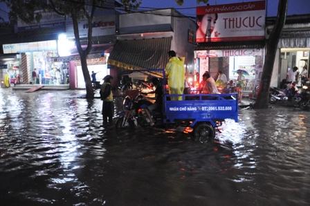 """Ảnh: Mưa lớn, Sài Gòn lại ngập trong """"biển nước"""" - 19"""