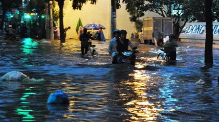 """Ảnh: Mưa lớn, Sài Gòn lại ngập trong """"biển nước"""" - 2"""