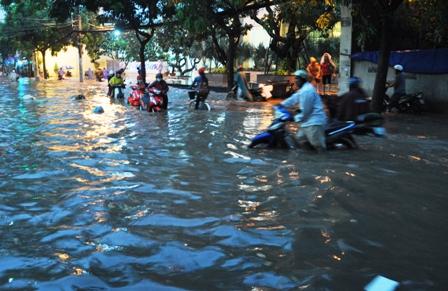 """Ảnh: Mưa lớn, Sài Gòn lại ngập trong """"biển nước"""" - 3"""
