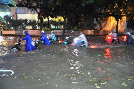 """Ảnh: Mưa lớn, Sài Gòn lại ngập trong """"biển nước"""" - 4"""