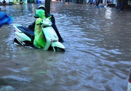 """Ảnh: Mưa lớn, Sài Gòn lại ngập trong """"biển nước"""" - 5"""