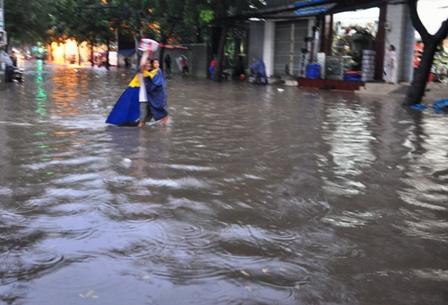 """Ảnh: Mưa lớn, Sài Gòn lại ngập trong """"biển nước"""" - 6"""