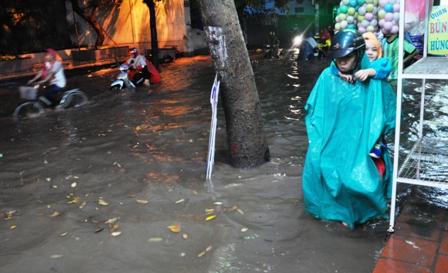 """Ảnh: Mưa lớn, Sài Gòn lại ngập trong """"biển nước"""" - 7"""