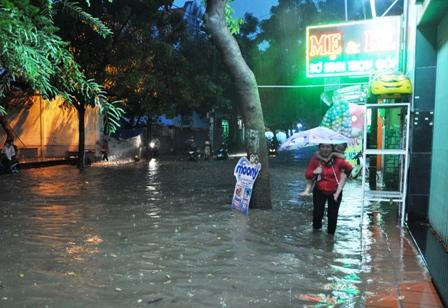 """Ảnh: Mưa lớn, Sài Gòn lại ngập trong """"biển nước"""" - 8"""