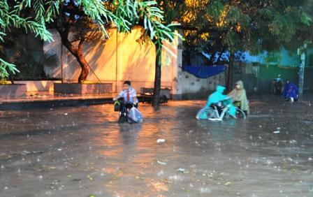 """Ảnh: Mưa lớn, Sài Gòn lại ngập trong """"biển nước"""" - 9"""