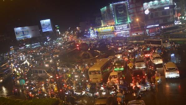 """Sân bay Tân Sơn Nhất """"tê liệt"""" vì mưa giông - 3"""