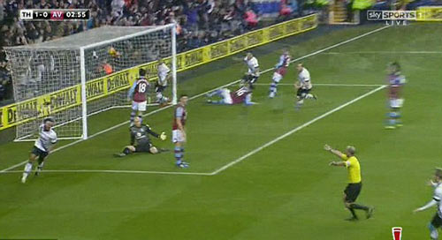 """Trọng tài tai tiếng """"ăn mừng"""" bàn thắng của Tottenham - 1"""