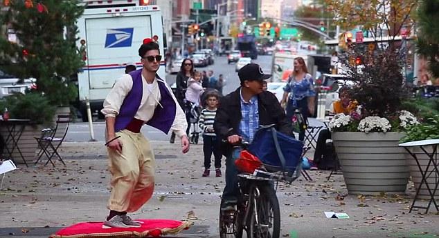 Clip: Trai đẹp trượt thảm trên phố như thần đèn Aladdin - 1