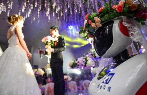 Phù dâu rô bốt gây xôn xao đám cưới xứ Trung - 1