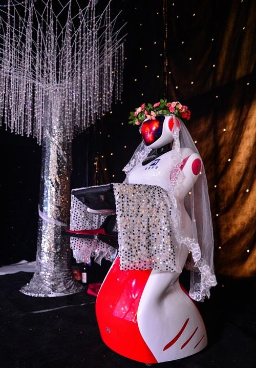 Phù dâu rô bốt gây xôn xao đám cưới xứ Trung - 2