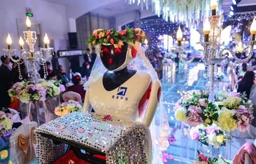 Phù dâu rô bốt gây xôn xao đám cưới xứ Trung - 3