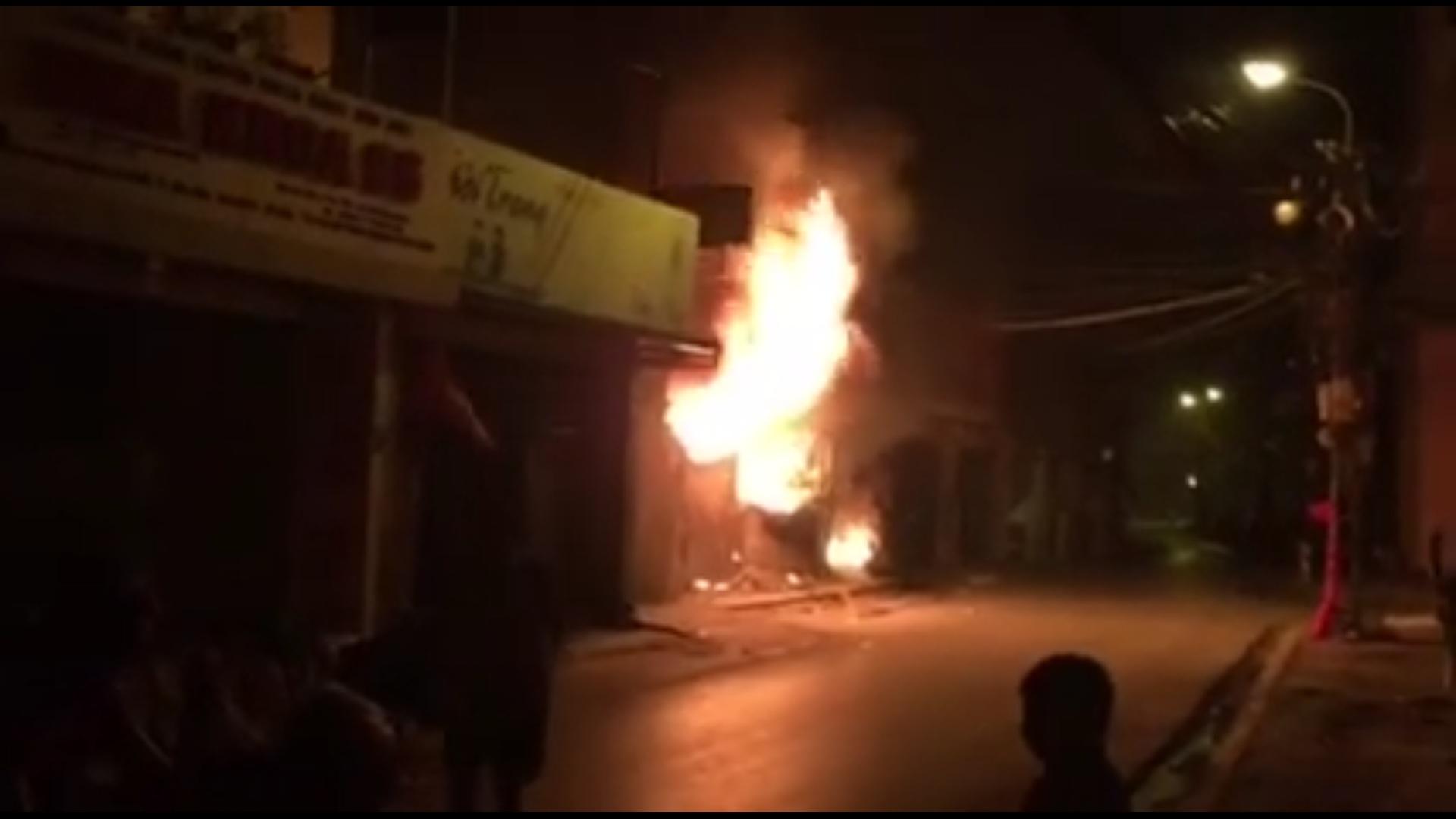 Hà Nội: Cháy cửa hàng, chủ nhà vẫn ngủ say trên tầng 2 - 1