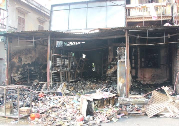 Hà Nội: Cháy cửa hàng, chủ nhà vẫn ngủ say trên tầng 2 - 3