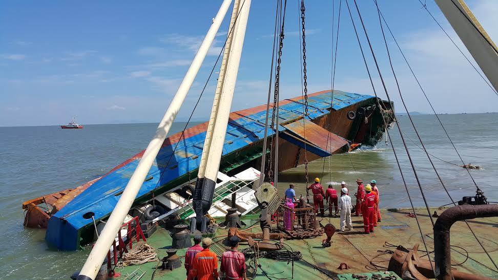 Trục vớt thành công tàu Hoàng Phúc 18 bị lật ở Cần Giờ - 1