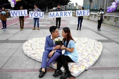 Bạn gái có thai, chàng trai cầu hôn bằng 4500 chiếc tã - 1