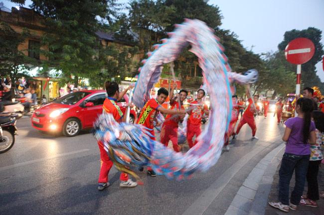Nghìn người chạy theo đoàn múa lân sư rồng quanh Hồ Gươm - 4