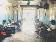 Bạn trẻ - Cuộc sống - Bức ảnh cho thấy cách đọc báo khác biệt của hai thế hệ
