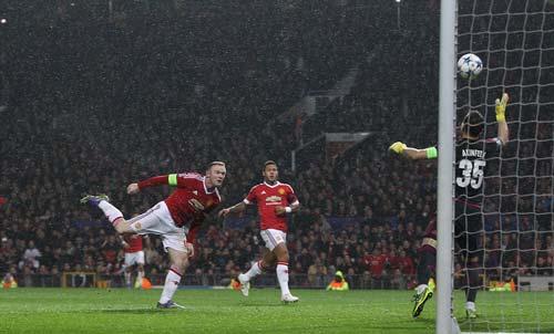 Rooney lập kỷ lục, fan MU chuyển sang chê A.Young - 1