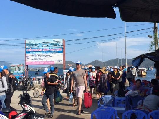 Du khách đổ về Bình Ba trước ngày đóng cửa - 2