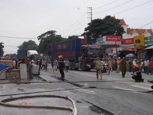 Nghệ An: Cháy cửa hàng phụ tùng xe máy, hàng trăm người dập lửa - 3