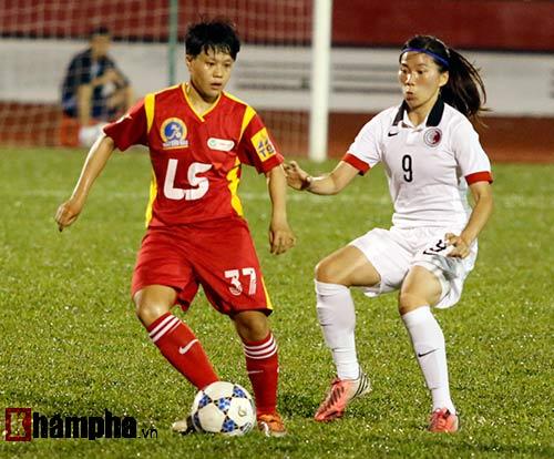 """Đội bóng đá nữ TP HCM """"đánh tennis"""" với Hong Kong (TQ) - 1"""
