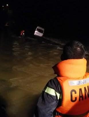 Xe khách chở 9 người bị nước cuốn, 1 người mất tích - 1