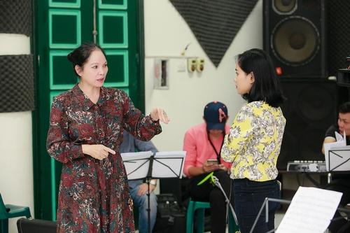 Hoàng Quyên cởi giầy, miệt mài tập hát - 8