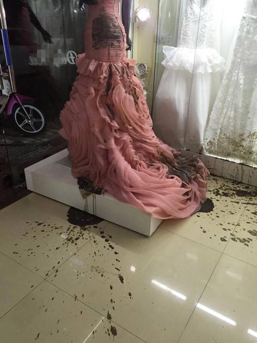 Cửa hàng áo cưới bị ném mắm tôm vì… ghen tị - 1