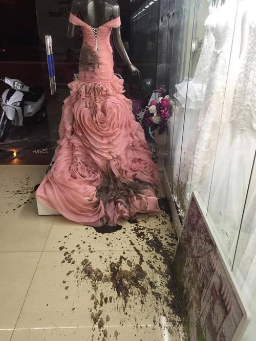 Cửa hàng áo cưới bị ném mắm tôm vì… ghen tị - 2