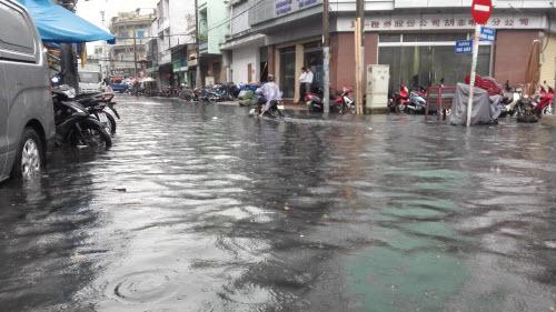 Ảnh: Mưa 30 phút, Sài Gòn lại thành sông - 10