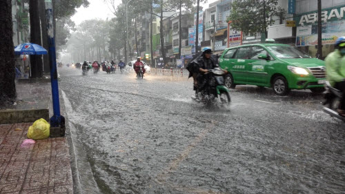 Ảnh: Mưa 30 phút, Sài Gòn lại thành sông - 3