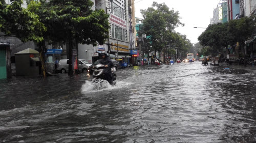 Ảnh: Mưa 30 phút, Sài Gòn lại thành sông - 4