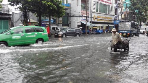 Ảnh: Mưa 30 phút, Sài Gòn lại thành sông - 5