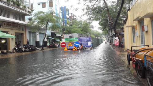 Ảnh: Mưa 30 phút, Sài Gòn lại thành sông - 6