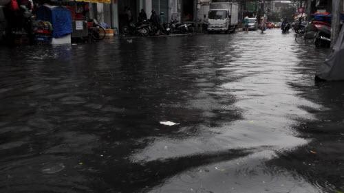 Ảnh: Mưa 30 phút, Sài Gòn lại thành sông - 1