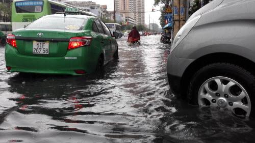 Ảnh: Mưa 30 phút, Sài Gòn lại thành sông - 8