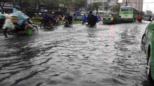 Ảnh: Mưa 30 phút, Sài Gòn lại thành sông - 9