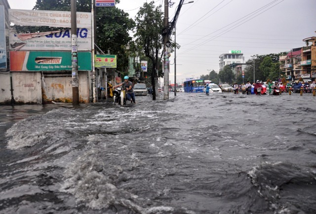 Ảnh: Sóng nước dữ dội trên phố Sài Gòn sau mưa - 4