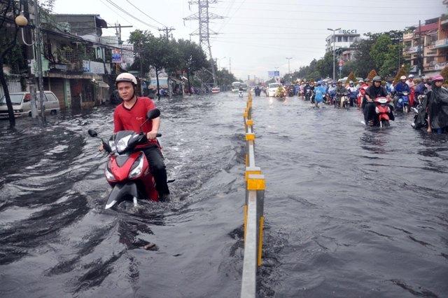 Ảnh: Sóng nước dữ dội trên phố Sài Gòn sau mưa - 5