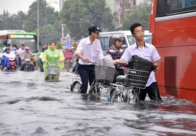 Ảnh: Sóng nước dữ dội trên phố Sài Gòn sau mưa - 6