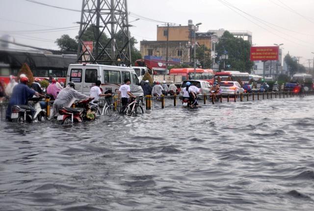 Ảnh: Sóng nước dữ dội trên phố Sài Gòn sau mưa - 7
